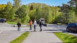 TRAFIKKSIKKERHET: Trafikksikkerhetsutvalget i bystyret farter nå rundt for å se på mindre tiltak, som kan være med på å bedre trafikksikkerheten. Sist uke var utvalget blant annet på Sandnes skole, der det til tider er kaotisk på tidspunktene for bringing og henting. Foto: Esben Holm Eskelund