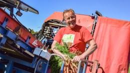 KLAR FOR NORGE: Gulrotbonde Øystein Fredriksen startet onsdag innhøstingen av det som sannsynligvis blir første leveranse av norskprodusert gulrot til norske forbrukere. Foto: Esben Holm Eskelund