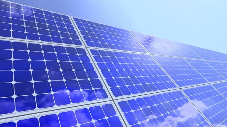 SOLCELLEPOLITIKK: Flere ønsker solceller på boligene sine. Det er ikke bare enkelt. Heller ikke på Tromøy. Illustrasjonsfoto