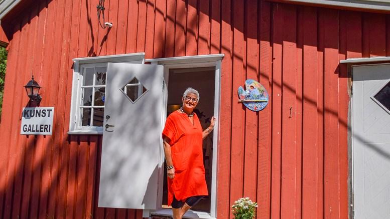 KUNSTGALLERI PÅ HOVE: Tromøy-kunstner Ellen Marie Hisdal har tatt i bruk seilerhytta på Canvas Hove som atelier og har åpnet kunstgalleri. Foto: Esben Holm Eskelund