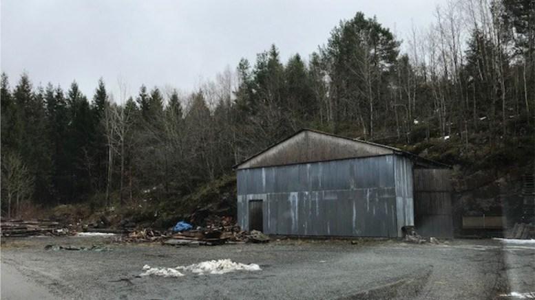 IKKE LOVLIG:Bygningen i Kjendalen er ikke lovlig oppført, men har alt stått der i mange år. Foto: Arendal kommune