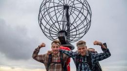 VILLMARKINGENE I MÅL: Tromøy-guttene Isak Knutsen (t.v.) og Simon Simonsen kom søndag ettermiddag frem til Nordkapp etter å ha gått på beina gjennom tre sommere. Foto: Privat