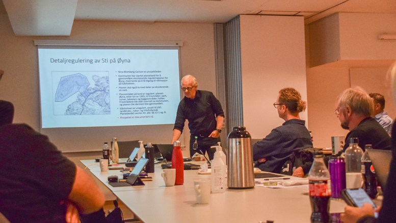 ØYNA-REGULERING: Kommunalsjef Geir Skjævesland i Arendal kommune redegjorde for planer kommunen er i gang med, der blant annet regulering av sti og adkomst til Gåsholmen på Øyna er satt på vent på grunn av manglende ressurser i en presset avdeling. Foto: Esben Holm Eskelund
