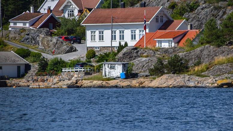 FÅR BYGGE: Området er et av de minst bebygde på kysten langs Ytre Revesand, men kommunen gir tillatelse til å rive dekkshuset og bygge ny, større sjøbu. Foto: Esben Holm Eskelund