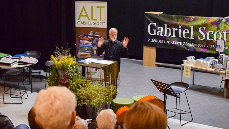 GABRIEL SCOTT-DAGENE: Professor og filosof Hans Herlof Grelland holdt foredrag om Gabriel Scott som filosof for rundt 100 fremmøtte til festaften på Roligheden skole. Foto: Esben Holm Eskelund