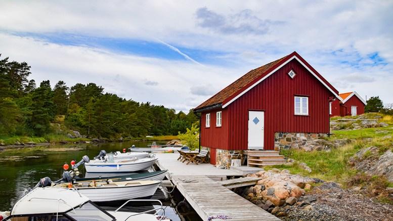 SKARESTRAND: Ei brygge har skapt strid i den idylliske havna, og kommunens oppfatning er at den er bygget for nærme naboeiendommen. Foto: Esben Holm Eskelund