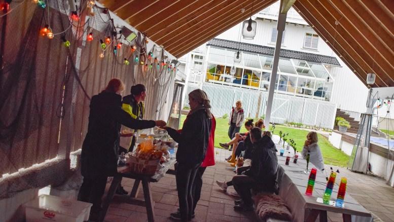 STRANDRYDDEAKSJON: Deltakerne på Arendal Herregaards strandryddingsaksjon i Raet nasjonalpark ble premiert med mat og musikk fredag. Foto: Esben Holm Eskelund