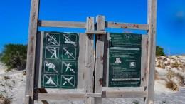 TYDELIG BESKJED: Ved Elafonisi i Kissamos kommune på Kreta er oppfordringen til å respektere restriksjonene svært tydelige. Foto: Esben Holm Eskelund