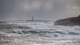 MYE VÆR: Spornes er et yndet sted å se på været, men den varslede vindretningen vil trolig sende bølgene sørvestover denne gangen. Arkivfoto