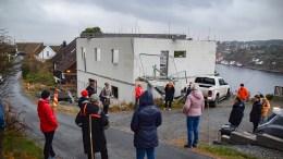JONSVOLL: Dette huset ble stoppet i byggefasen, nå har politikerne i Arendal bestemt fortsettelsen på prosjektet, som naboene opplever som vanskelig. Foto: Esben Holm Eskelund