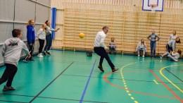 TOK UT ORDFØREREN: Her får ordfører Robert C. Nordli nådestøtet i dansk kanonball under sin gjesteopptreden som frivillig i Tromøy fritidsforum. Foto: Esben Holm Eskelund
