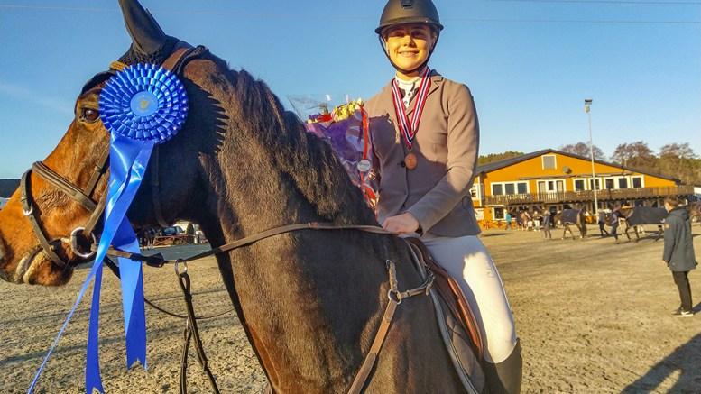 NM-BRONSE: Victoria Celine Dalen (17) og hesten Catoo Bi Du tok med seg NM-bronse til Tromøy. Foto: Privat