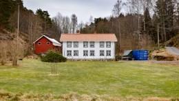 DYBDAL GÅRD: Den gamle gården ved Dybdalstrand har behov for oppgraderinger. Nå søker eierne om å få bygge på boligen og sette i stand låven. Foto: Esben Holm Eskelund