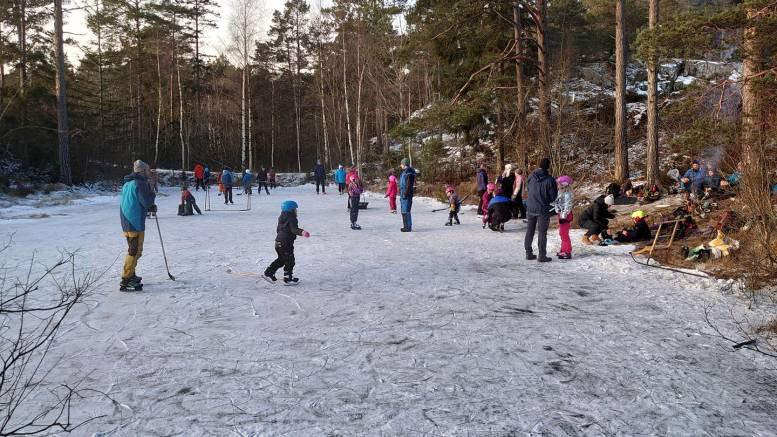 SKØYTEIS: Slik så det ut da lokalmiljøet på Hastensund lekte seg på isen på dammen langs turveien mot Ugelsmyr. Foto: Torbjørn Lohne