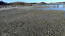 HOVESTRANDA: Store steinmasser har flyttet seg til østsiden av brygga, der det før bare var sand. Foto: Alf M. Sandberg