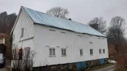STORENG GÅRD: Den over 200 år gamle låven trenger rehabilitering. Nå er det søkt tilskudd for verneverdige bygninger for å få det realisert. Foto: Privat