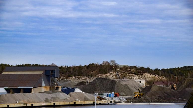 KRAFTIG SATSING: Havna tvers overfor Åmdalsøyra står foran en kraftig utvikling fremover. Det er budsjettert med innløsning av naboeiendommer, som kan bli plaget av økt støynivå. Foto: Esben Holm Eskelund