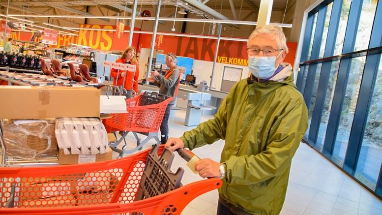 ENDELIG ÅPNET BUTIKKEN: Tor Jakobsen mener det er strålende å få tilbake butikken på Kongshavn, som åpnet torsdag formiddag. Foto: Esben Holm Eskelund