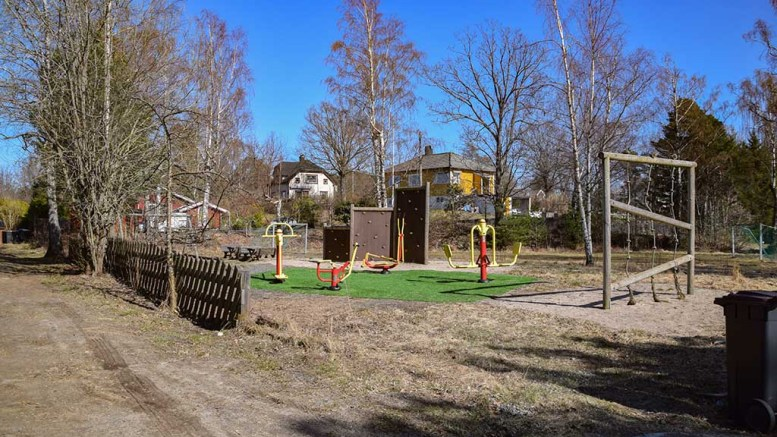 TENNISANLEGG: Her ønsker nærmiljøinitiativet Brattekleiv og Kaffijordet lekeplass å suppelere med en tennisbane. Foto: Esben Holm Eskelund