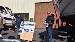 PUSNES-UTBYGGINGEN: Velforeningsrepresentant Inge Valentin Bakken (t.h.) talte nærmiljøets sak da kommuneplanutvalget kom på befaring til det tidligere industriområdet Pusnes. Foto: Esben Holm Eskelund