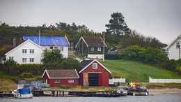 KAMPERHOF: Bygningen med blå presenning på bildet er Kamperhof på Merdø. Arkivfoto