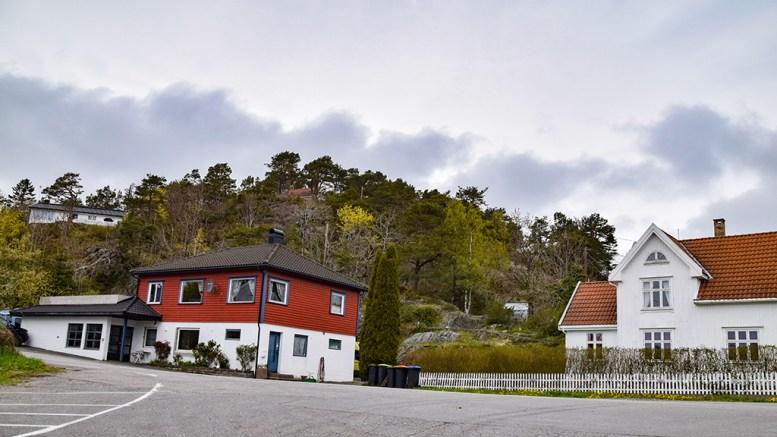 BOLIGBYGGING: I terrenget i bakkant av tidligere Revesand Mat (rødt bygg) og det hvite bolighuset, søkes det om å få bygge ny bolig. Foto: Esben Holm Eskelund