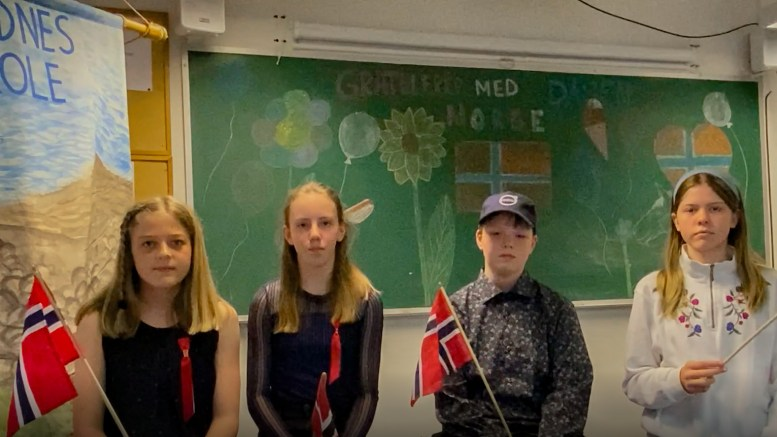 17.MAI-TALE: Slik gratulerer elevene på Sandnes skole med nasjonaldagen. Foto: Esben Holm Eskelund