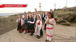 TORUNGEN FYR: Trefoldighet Barnekantori sang inn nasjonaldagen på NRK fra Store Torungen fyr. Foto: NRK
