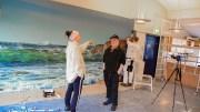 GA BORT FOTO: Klubbleder Anne Grethe Vihle i Tromøy fritidsklubb kunne fredag ta imot en stor gave donert av Tromøy-fotograf Jarle Kvam og forsikringsselskapet Gard. Foto: Esben Holm Eskelund