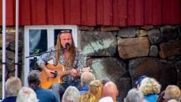 CANAL STREET: Skipsreder ble byttet ut med «gitarreder» Bjørn Berge på Bratteklev skipsverft lørdag ettermiddag under Canal Streets piknikkonsert. Foto: Esben Holm Eskelund