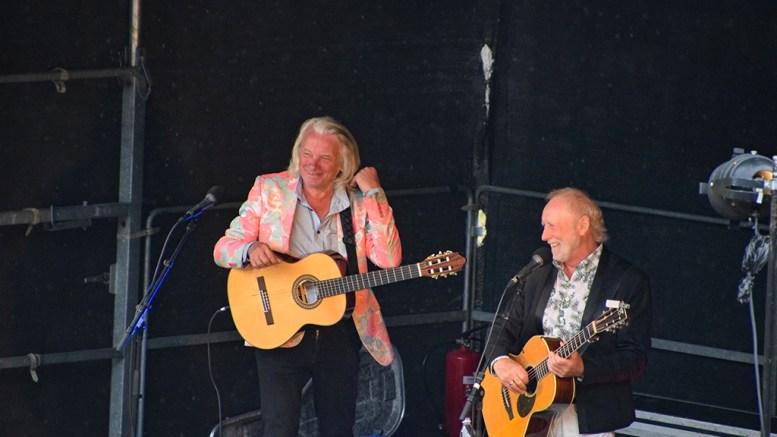 EGGUM OG SIVERTSEN: Jan Eggum og Halvdan Sivertsen fikk publikum med seg på Canal Street-konserten i Hove Amfi onsdag ettermiddag. Foto: Esben Holm Eskelund