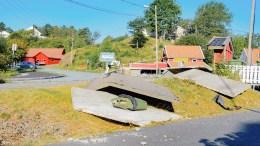 FULLSTENDIG KNUST: Bussbua i Kapellsvingen på Kongshavn kollapset i sammenstøt med en bil natt til fredag. Foto: Esben Holm Eskelund