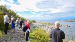 ARENDALSUKA PÅ TUR: Raet nasjonalpark bød på guidet tur til Merdø. Her i Dynnvikbukta hvor geologi var et av temaene. Foto: Esben Holm Eskelund