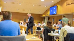 KOMMUNEPLANMELDING: Effekten av batterifabrikk-etablering i Arendal er langt ifra klarlagt på alle områder, og politikerne brukte lang tid på debatten. Her er opposisjonsleder Geir Fredrik Sissener (H) på vei i retning talerstolen. Foto: Esben Holm Eskelund