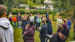 OPPSTART FOR UNGDOMSARBEIDET: Tromøy menighet inviterte til «kickoff» for høstens ungdomsarbeid i hagen til presten. Foto: Andreas Werner Larsen