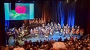 KIELLAND-MARKERING: Over 41 år etter Alexander Kielland-ulykken kunne endelig en to ganger utsatt minnemarkering arrangeres i et nær fullsatt Arendal kulturhus. Foto: Esben Holm Eskelund
