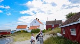 LEVEKÅRSIDYLL: Et kommunalt kjøp av Tollboden (den hvite bygningen) på Merdø kunne bidratt til viktig tidlig innsats for familier i levekårskommunen Arendal. Bildet er tatt i en annen sammenheng. Arkivfoto
