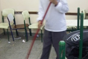 Pais dizem que alunos são obrigados a varrer a escola