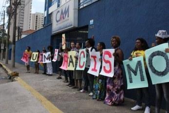 Ruim é o Racismo! – Movimento negro protesta em frente à escola acusada de racismo