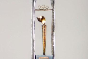 Londres 2012: Artista faz miniatura de tocha olímpica que cabe em buraco de agulha