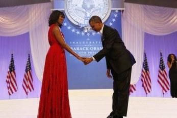 Michelle Obama surpreende com vestido vermelho na festa da posse