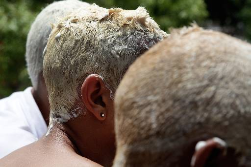 Meninos da periferia pintam os cabelos para o carnaval