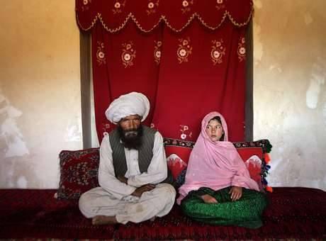 Foto premiada mostra a realidade dos casamentos forçados entre meninas e homens adultos: a menina Ghullam foi vendida ao seu marido, mais de 30 anos mais velho que ela Foto: Unicef / Reproduçã