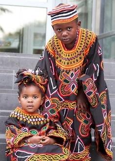 Crianças de Camarões em roupas tradicional.