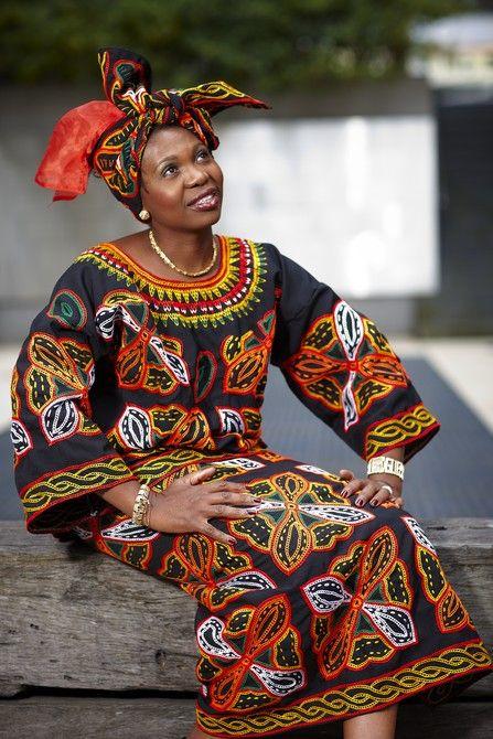 Mimmie Ngum Chi no vestido camaronês tradicional. Image: Benjamin Healley Fonte: Museu Victoria
