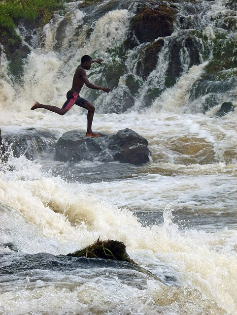 O menino que salta nas cataratas Lobo, Kribi, Camarões. Foto: ToSStudio