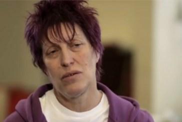 Diagnosticada aos 55 anos, britânica usa crachá: 'Tenho Alzheimer'