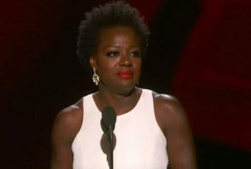 Viola Davis é a primeira negra a ganhar o prêmio de melhor atriz no Emmy e faz discurso emocionante
