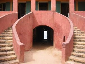 """Casa dos Escravos vendo-se ao fundo a """"porta sem retorno"""", Senegal."""