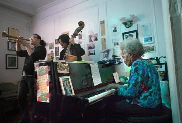 Após morte de filho, pianista promove sessões de jazz em apartamento em NY